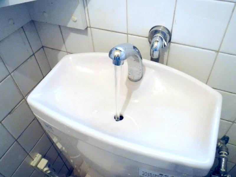 2・トイレの水が止まらない②止め方〜(便器から溢れ出している場合)