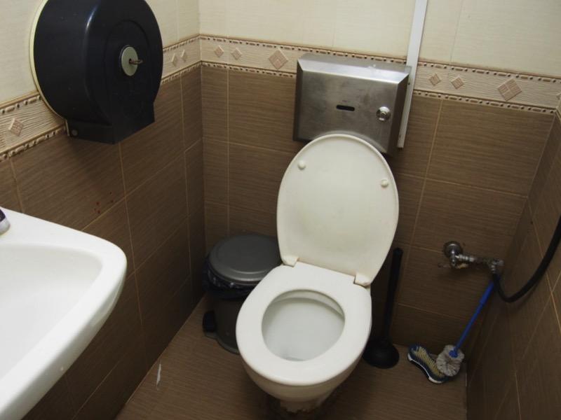 2・排水管等、トイレの機能の邪魔にならないようにする